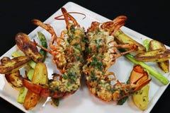 Canadese zeekreeftthermidor met asperge en aardappel stock afbeeldingen