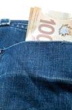 Canadiense 100 dólares en bolsillo trasero Imágenes de archivo libres de regalías