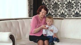 Canais da mudança da avó e do neto com telecontrole filme