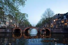 Canais de Amsterdão em a noite fotos de stock royalty free