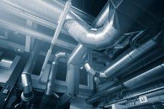 Canais de tubulações da ventilação da condição industrial do ar foto de stock