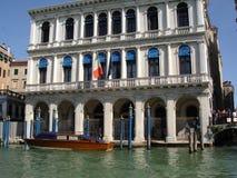 Canais do feriado do carnaval da gôndola dos palácios de Veneza Imagem de Stock