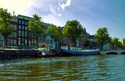 Canais e barcos de Amsterd?o holland imagem de stock
