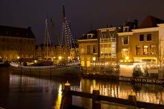 Canais iluminados em Holland foto de stock