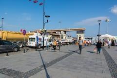 CANAKKALE,土耳其- 2017年8月14日:对Canakkale轮渡码头的入口 城市的亚洲边达达尼尔海峡的沿岸航行 库存照片