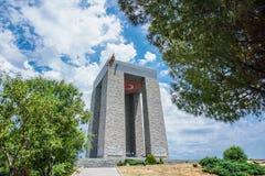 Canakkale Turkiet, 16 06 2018 martyr minnesmärke mot till den Dardanelles kanalen arkivbilder