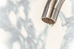 Canalón cromado de un golpecito de agua con el primer del aerador Foto de archivo libre de regalías