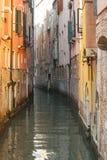 Canal étroit à Venise photo libre de droits