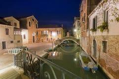 Canal étroit dans la ville de Venise photographie stock