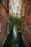 Canal étroit de l'eau à Venise Image stock