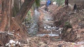 Canal abierto sucio de la alcantarilla en Bhubaneswar, la India. Contaminación catastrófica de la naturaleza almacen de metraje de vídeo