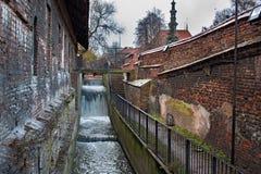 Canal agitado de Radunia de las aguas en el lugar de las ruedas de agua antiguas anteriores fotos de archivo libres de regalías