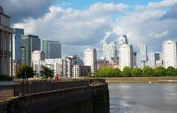 Canal ancho del río, horizonte de la ciudad, edificios residenciales en el más allá del horizonte Imagenes de archivo