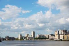 Canal ancho del río, horizonte de la ciudad, edificios residenciales en el más allá del horizonte Fotos de archivo