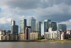 Canal ancho del río, horizonte de la ciudad, edificios residenciales en el más allá del horizonte Foto de archivo