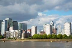 Canal ancho del río, horizonte de la ciudad, edificios residenciales en el más allá del horizonte Fotografía de archivo libre de regalías