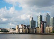 Canal ancho del río, horizonte de la ciudad, edificios residenciales en el más allá del horizonte Foto de archivo libre de regalías