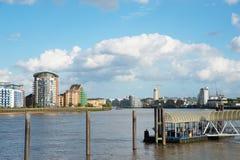 Canal ancho del río, horizonte de la ciudad, edificios residenciales en el más allá del horizonte Imágenes de archivo libres de regalías