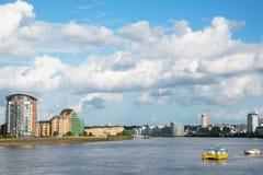 Canal ancho del río, horizonte de la ciudad, edificios residenciales en el más allá del horizonte Imagen de archivo