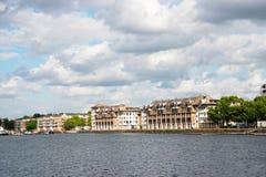 Canal ancho del río, vista de edificios residenciales en el otro Sid Fotos de archivo libres de regalías