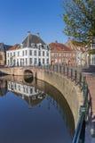Canal avec de vieux bâtiments au centre d'Amersfoort Photographie stock libre de droits