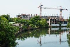 Canal avec des bâtiments en construction Photo stock