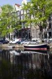 Canal avec des bateaux et des maisons Amsterdam Hollande Photos stock