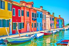 Canal avec des bateaux et des maisons colorées dans Burano images libres de droits