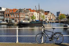 Canal avec des bateaux et des maisons néerlandaises typiques à Leyde, Pays-Bas photos libres de droits