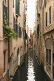 Canal avec des constructions à Venise. Images libres de droits