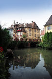 Canal avec des maisons à Colmar Photo libre de droits