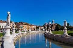Canal avec des statues sur le della Valle de prato à Padoue Italie Photographie stock libre de droits