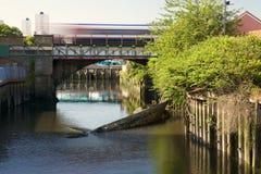 Canal avec le bateau submergé Photos stock