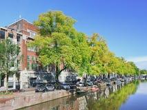 Canal avec les arbres verts et un ciel bleu à Amsterdam, Pays-Bas Images stock
