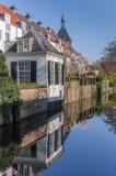 Canal avec les maisons reflétées au centre d'Amersfoort Photo stock