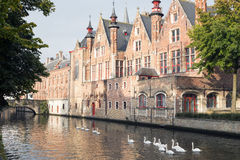 Canal avec une belle réflexion dans le lac de l'amour de la ville Bru Images stock