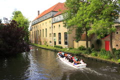 Canal Bélgica de Brujas de los barcos del viaje Imagen de archivo libre de regalías