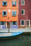 Canal, barco e casas, Burano, Italia imagem de stock royalty free