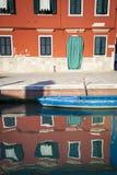 Canal, barcos e reflexões, Burano, Itália fotos de stock royalty free