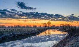 Canal brumoso de la mañana en una mañana del verano Foto de archivo