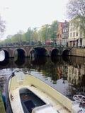 Canal colorido de Amsterdam Foto de archivo libre de regalías
