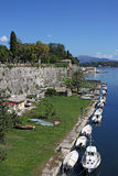 Canal com a cidade de Corfu da fortaleza dos barcos Fotografia de Stock Royalty Free