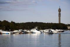 Canal com os barcos em Éstocolmo Sweden imagem de stock