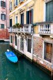 Canal con el barco Fotografía de archivo