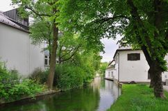 Canal con la casa Imagenes de archivo