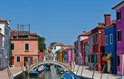 Canal con las casas en Burano, Italia Imágenes de archivo libres de regalías