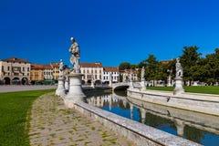 Canal con las estatuas en el della Valle del prato en Padua Italia foto de archivo libre de regalías