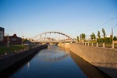 Canal con las paredes de piedra y el puente arqueado D?a asoleado paisaje-imagen urbana imágenes de archivo libres de regalías