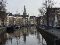 Canal con los barcos de casa en Groninga los Países Bajos Fotos de archivo