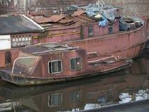 Canal con los barcos de casa en Groninga los Países Bajos Imagen de archivo